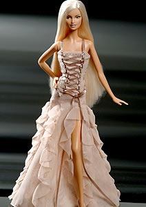 Barbie com um vestido do estilista italiano Gianni Versace